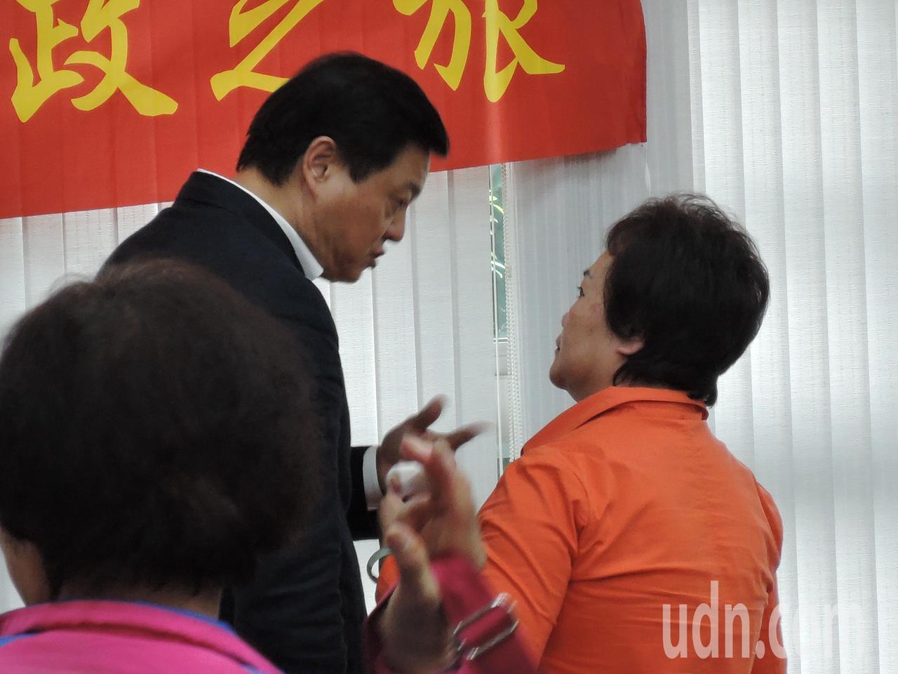 周錫瑋會後還向大鵬里長趙素萍(右)表達感謝,謝謝她的指正。記者陳珮琦/攝影