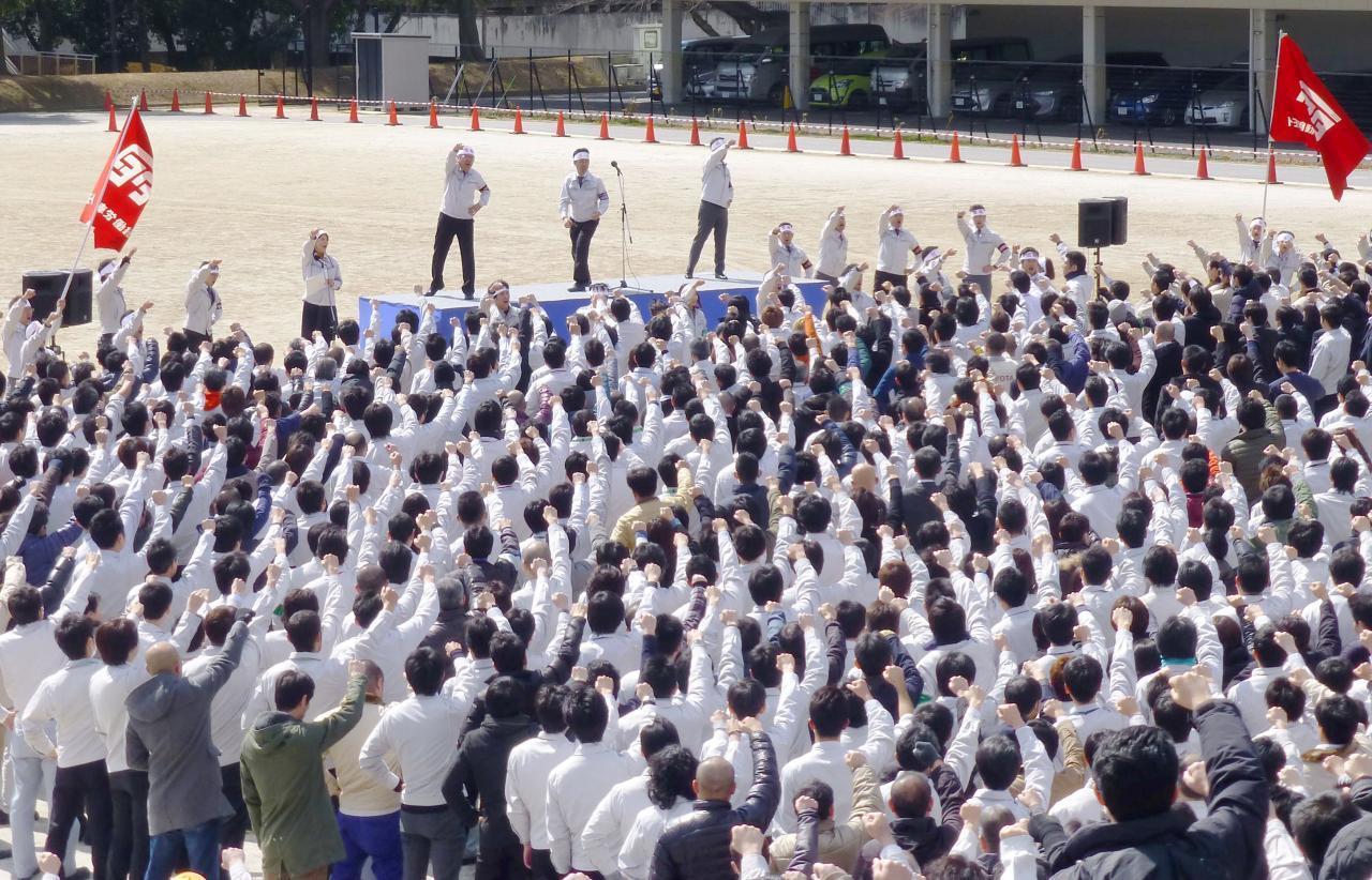 圖為豐田工會成員去年集會要求老闆加薪景象。路透