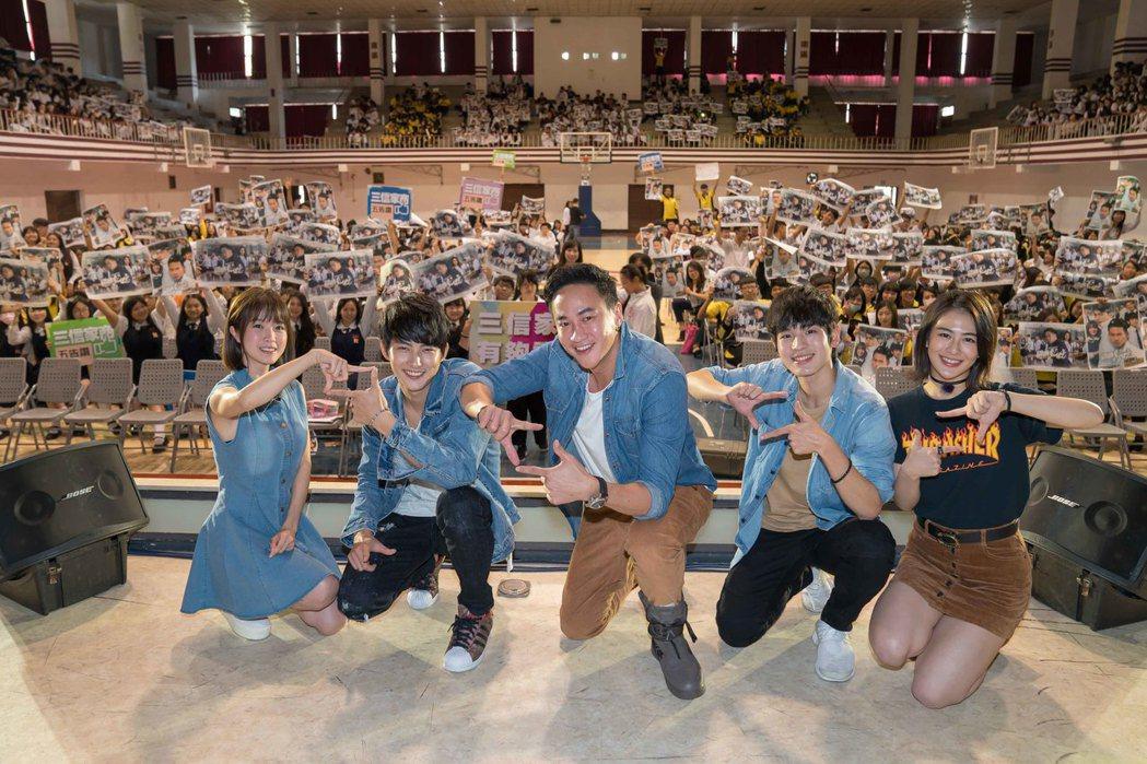 「翻牆的記憶」演員林芯蕾(左起)、張庭瑚、何潤東、張豐豪、姚亦晴重回拍攝地宣傳。...