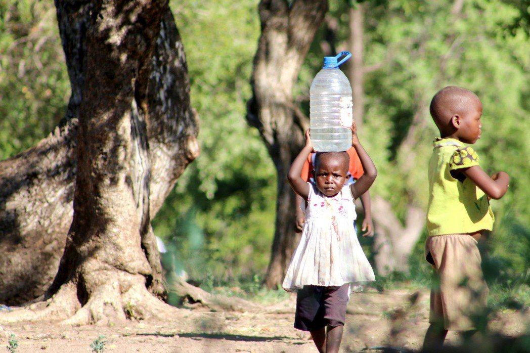 台灣世界展望會邀請民眾資助非洲兒童,透過水資源暨衛生、教育、健康、生計等方案,改...
