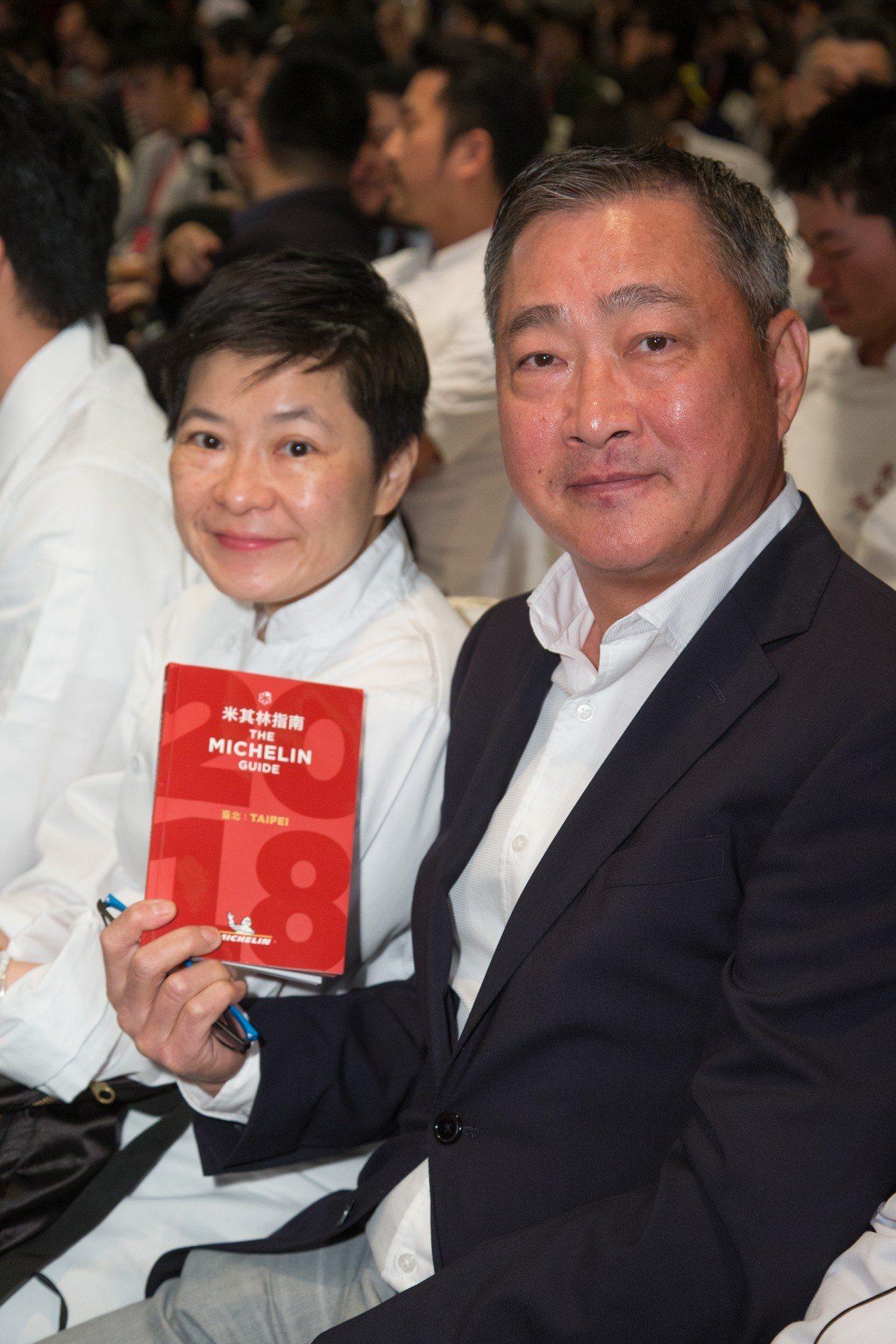 教父牛排創辦人鄧有癸(右)、行政主廚吳曉芳(左)。記者陳立凱/攝影