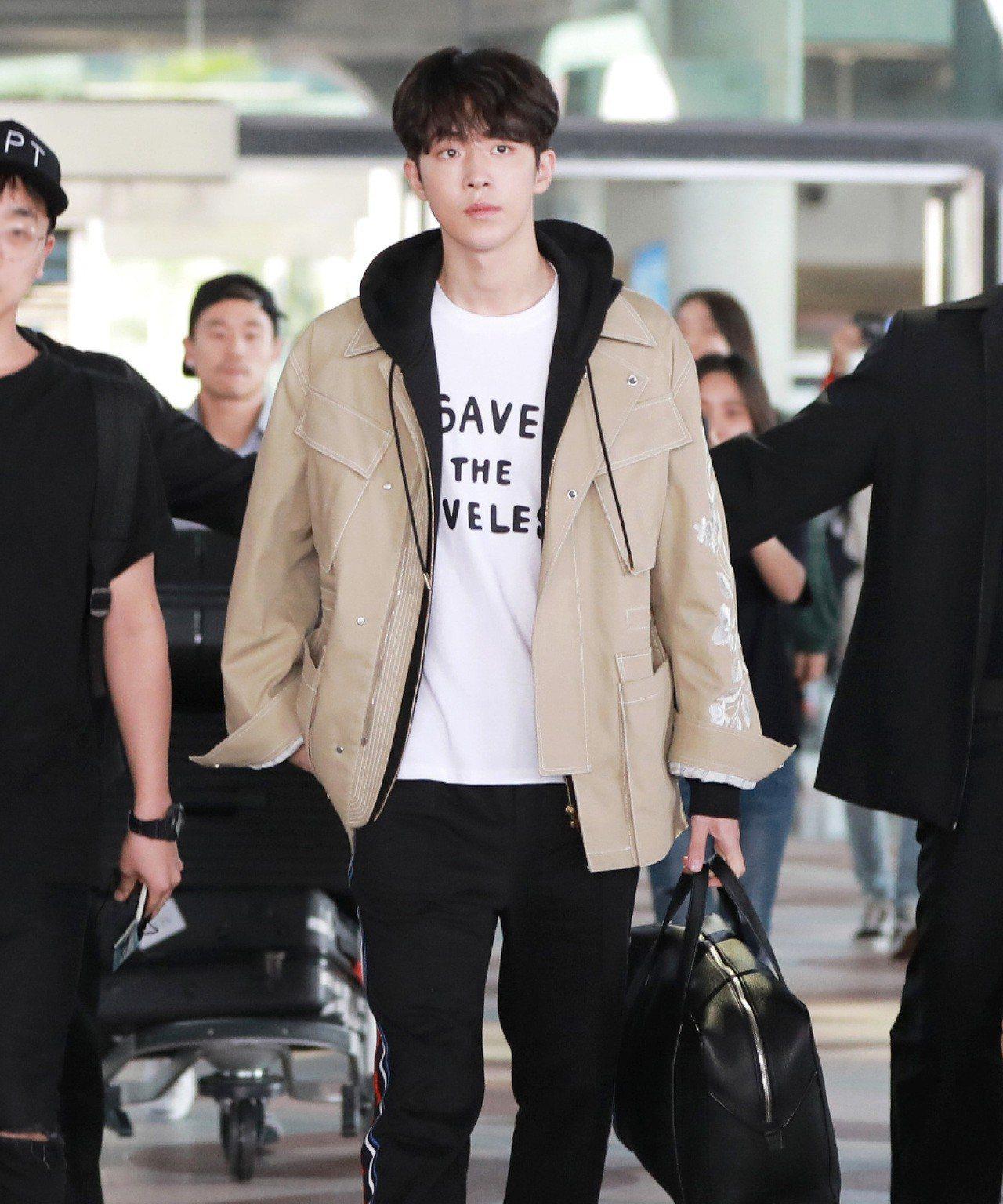 南柱赫身穿MCM和韓國插畫家Eddie Kang聯名系列T恤,上面寫著「Save...
