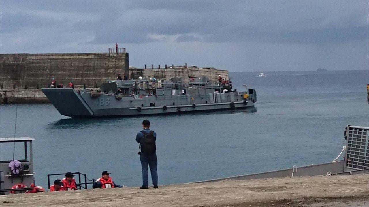 合貞號登陸艇進港,前方船艙可以見到半圓柱狀的MPQ-62雷達天線露出。圖/讀者提...