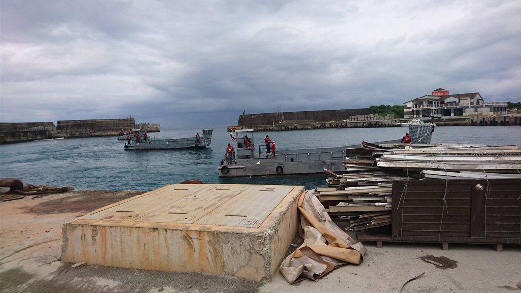 LCM登陸艇進入綠島漁港。圖/讀者提供