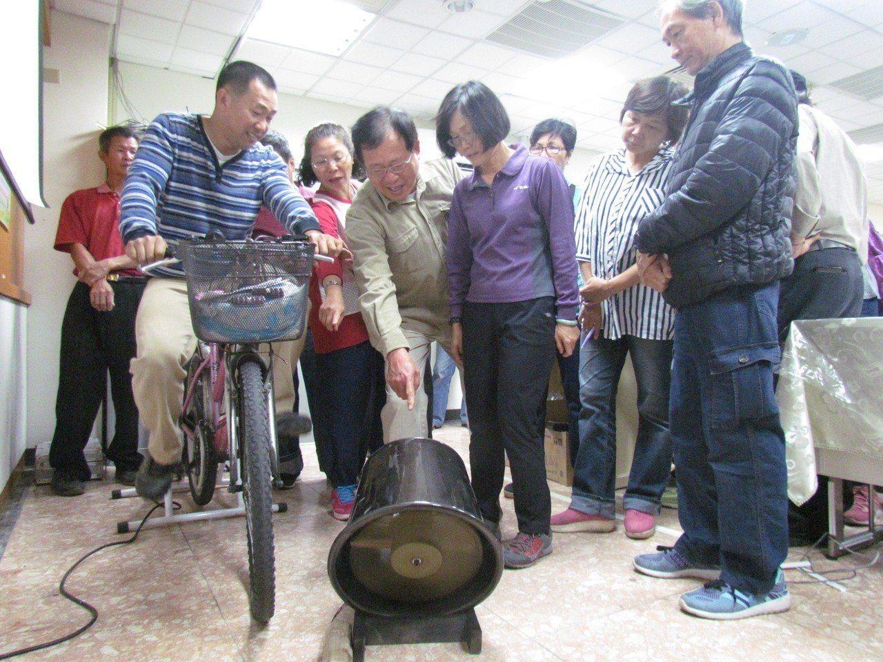 風車達人李泳宗(左一)今在現場設置腳踏車驅動風扇裝置,透過踩踏示範讓待業者了解發...