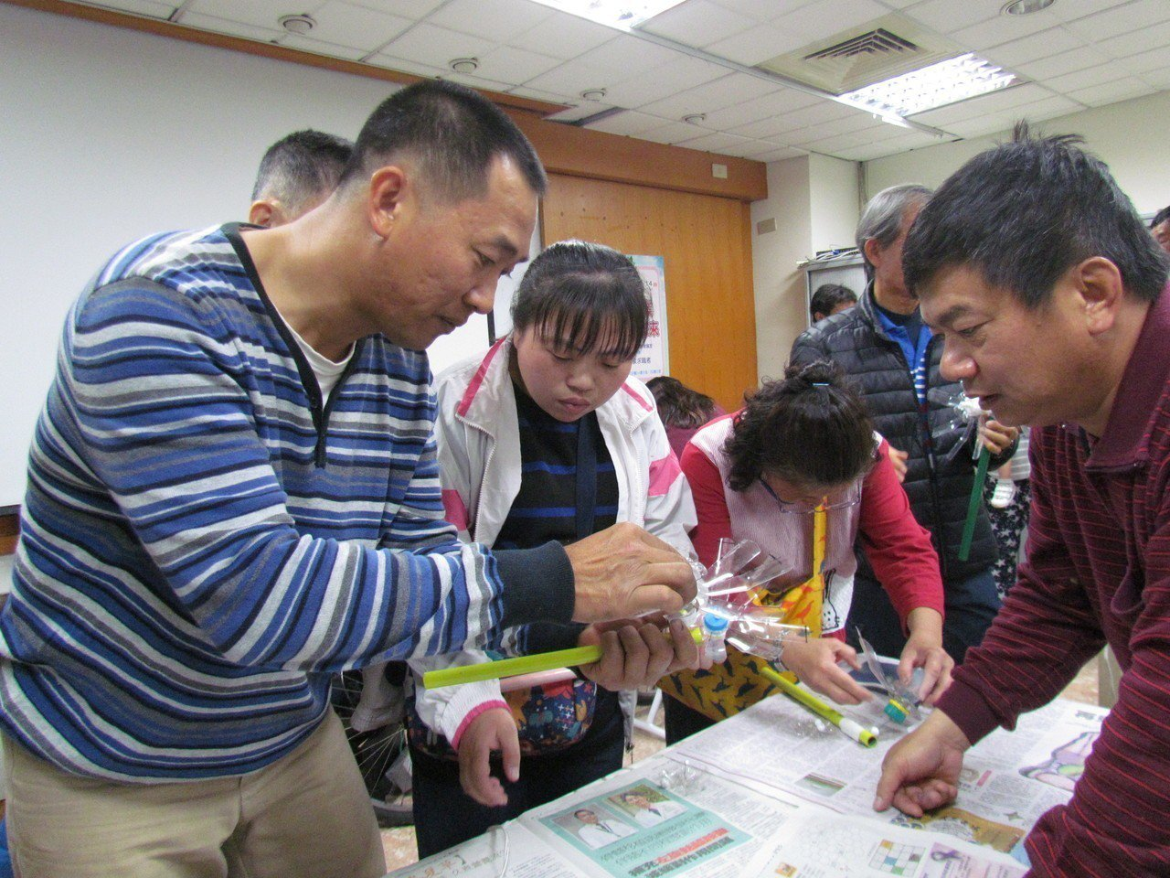 圖說:風車達人李泳宗(左) 今天教待業者做風車,藉此激盪民眾開創綠色就業機會。圖...
