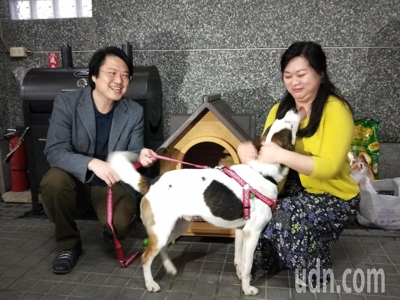基隆市長林右昌和夫人吳秋英今天在壽山路官邸,歡迎新成員林吉米回家。記者游明煌/攝...