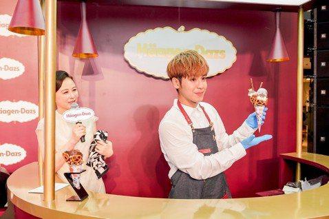 鼓鼓在14日白色情人節受邀至上海冰淇淋店出席揭幕活動,他親自製作限量甜筒,還在上頭插「小王子」卡通裝飾,使出撩妹技能,嘴甜歌迷是他的「小公主」,現場粉絲頻頻尖叫,全都融化在鼓鼓的撩妹情話中。鼓鼓現場...