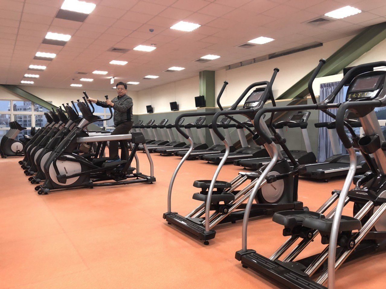 體適能中心約150坪,規畫有跑步機、重訓區、有氧區等。記者王慧瑛/攝影