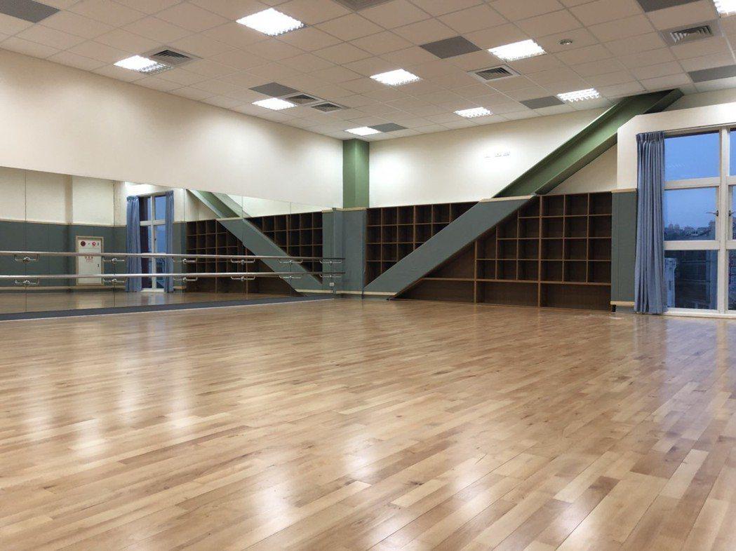 韻律教室採實木地板設計,配有空調。記者王慧瑛/攝影