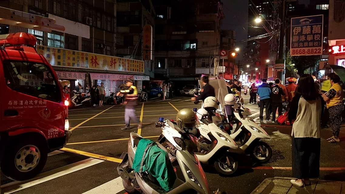 消防局出動近20輛救護車。記者江孟謙/翻攝
