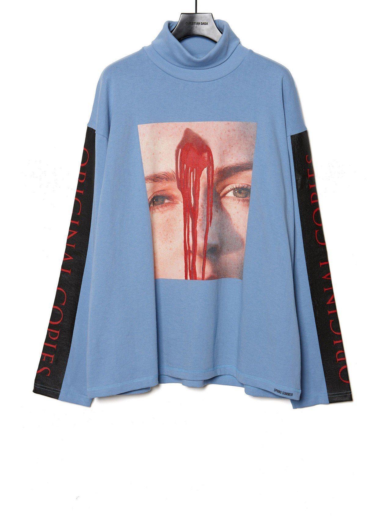 Christian Dada藍色高領圖案上衣,約9,400元。圖/Christi...