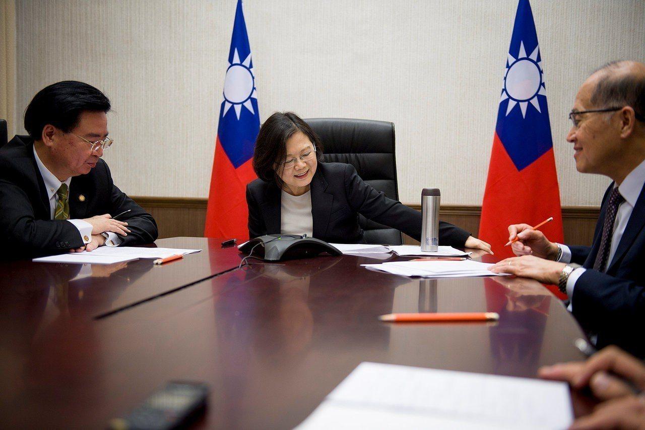 彭博資訊報導,中國真正擔心的是川普打「台灣牌」,圖為前年蔡英文跟川普通話的檔案照...
