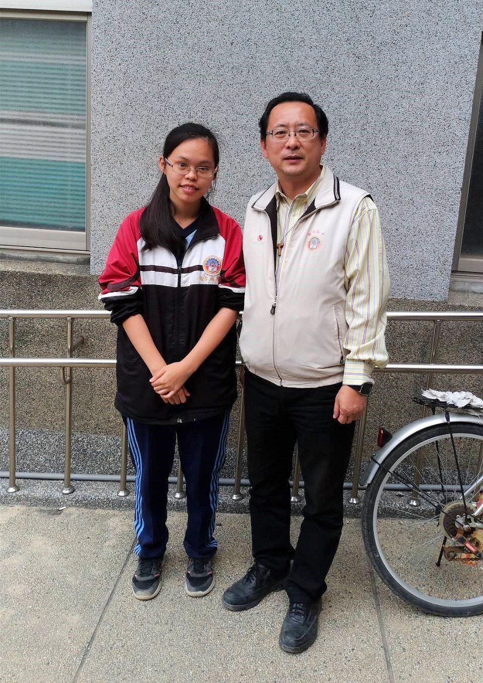 黎明高中學生李嬑瑄(左)錄取高雄醫學大學心理學系,媽媽是陸配,閒暇常在媽媽牛肉麵...