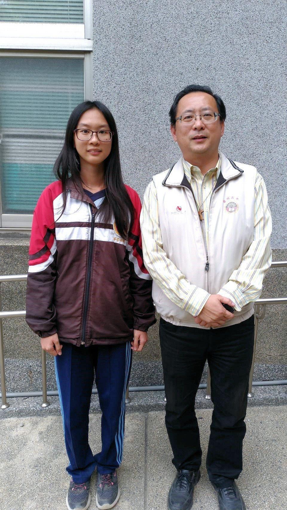 黎明高中李品芳(左)錄取清大化學工程學系,求學時常幫家人在市場幫忙賣粽子,校長羅...