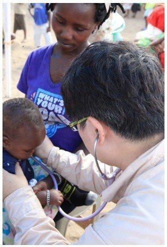 台灣路竹會義診團日前率30名醫護及義工前往烏干達義診。圖╱台灣路竹會提供