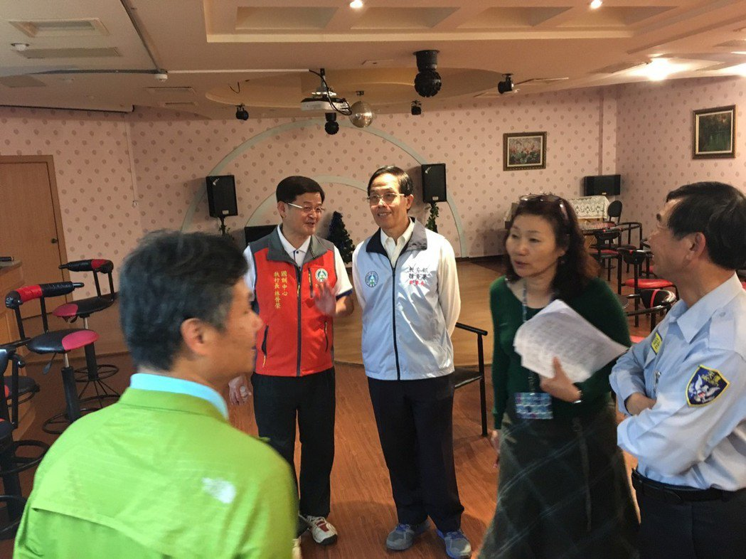 體育署副署長王水文(後中)到國訓中心勘察各項設施。圖/國訓中心提供