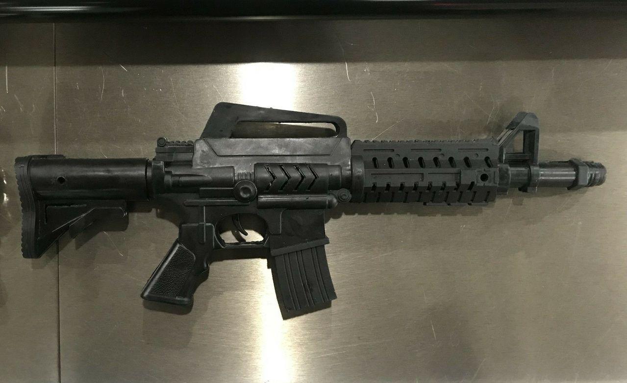 一名男子下午背著這把仿突擊步槍的玩具槍搭捷運,嚇壞民眾報警。記者陳金松/翻攝