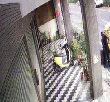 竊嫌雙腿受傷爬上計程車。記者謝恩得/翻攝