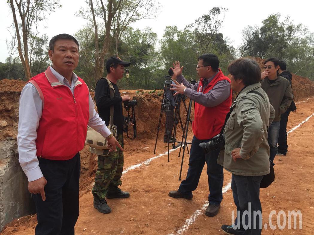 金湖鎮長蔡西湖(左一)與金門戰地史蹟協會今天到現場會勘,表示不知道底下是重要的坑...