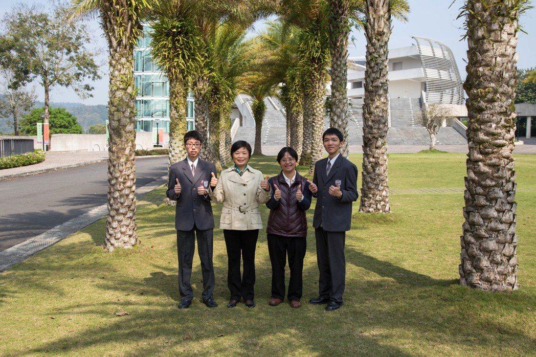 普台高中李家翰(左1)和黃柏鈞(右1)與校長林秋惠(左2)、班導師古鈺凰(左3)...
