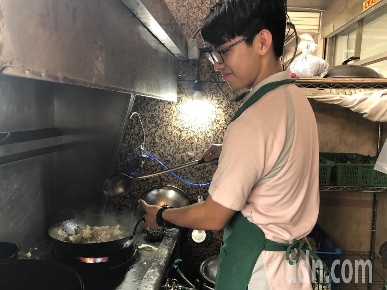 嘉義市老字號「世賢烤鴨」是不少老饕熟悉的美味,老闆呂進發的么子呂佳翰是小助手,這...