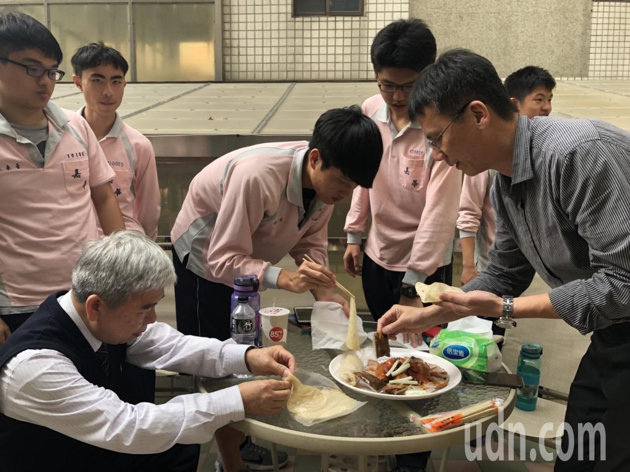 嘉華中學柳水燦、呂佳翰的班導師李惟勝、佳翰的同班同學今天下午到烤鴨店,品嘗佳翰親...