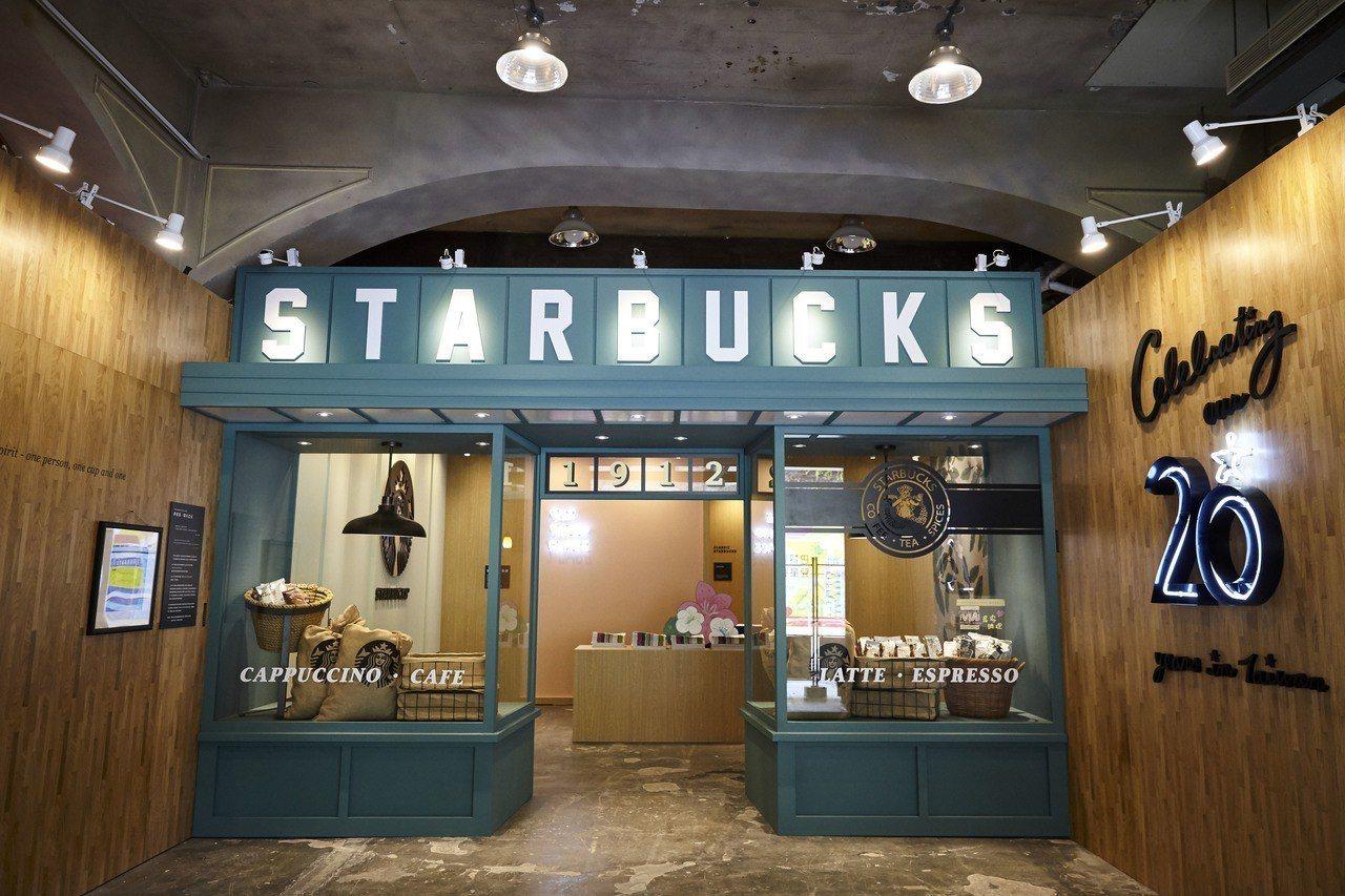 星巴克台灣20周年特展入口處,重現西雅圖派克市場第一家星巴克場景。圖/星巴克提供