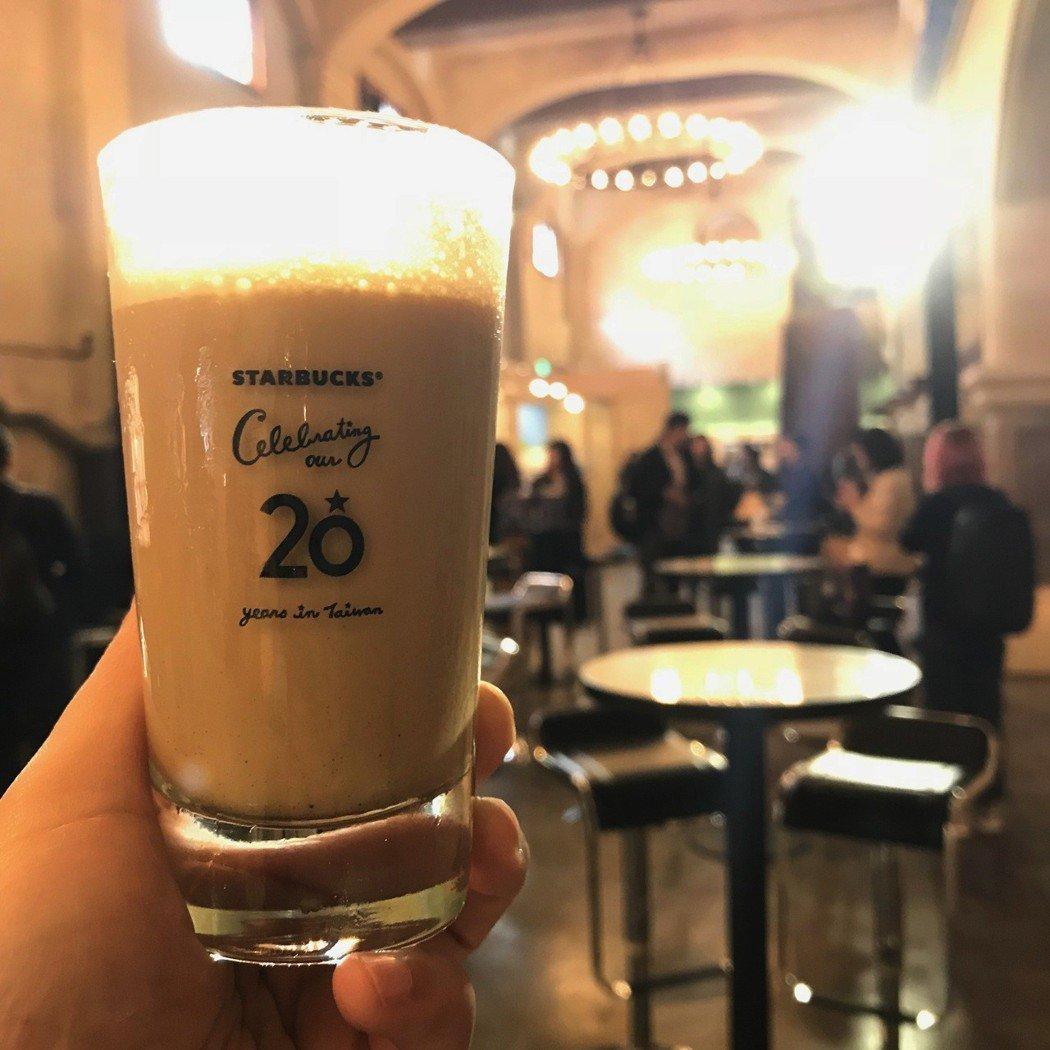 20周年特展限定飲料「特選冰搖雙份濃縮咖啡+玻璃杯組」350元。記者江佩君/攝影