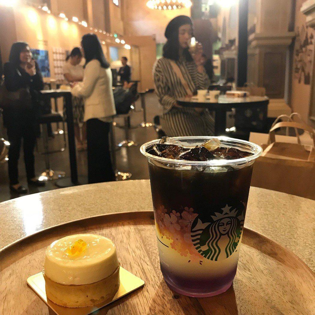 (右起)紫檸檬冷萃咖啡130~170元、甜柚香檸塔130元。記者江佩君/攝影