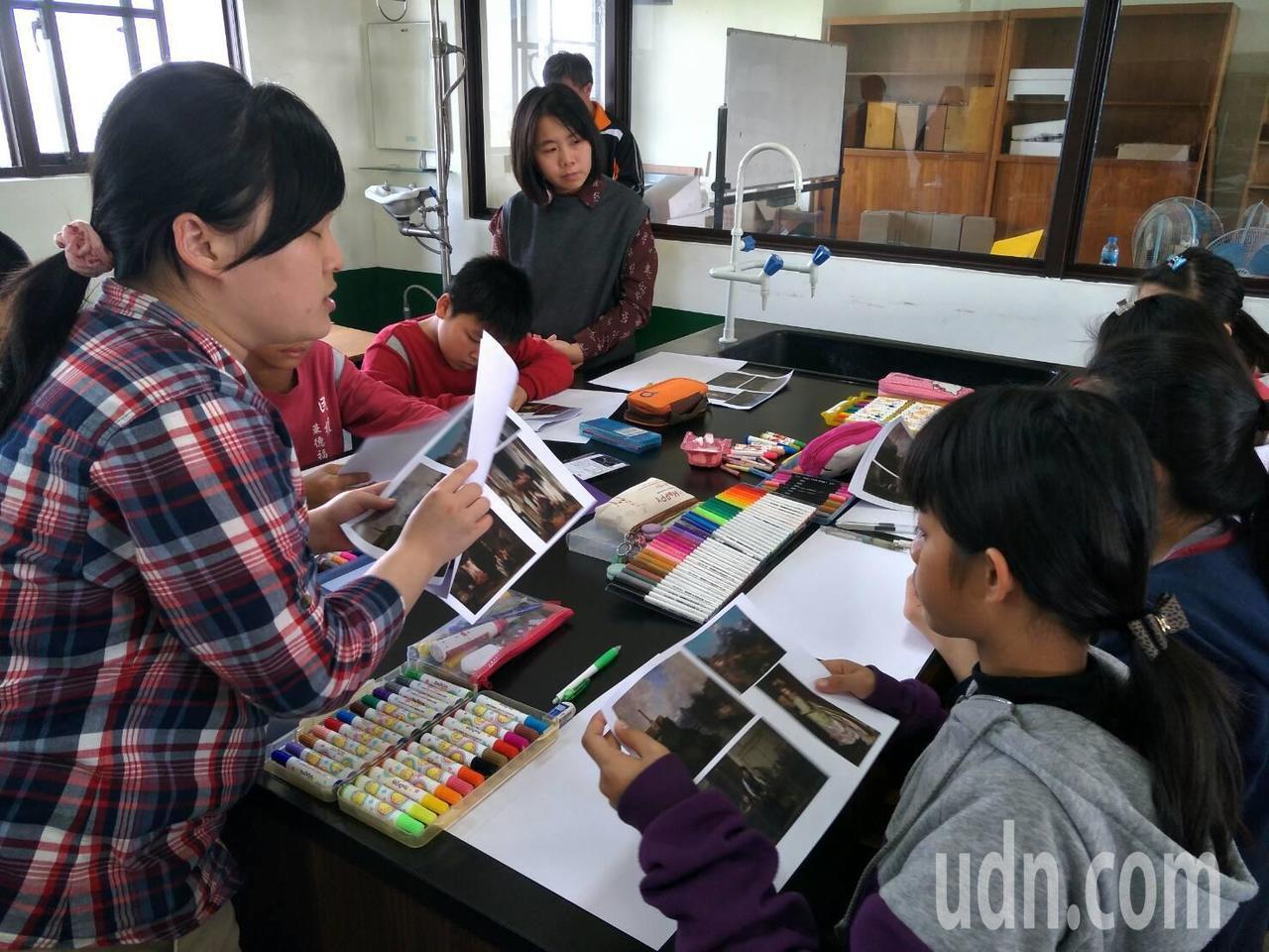 南藝大的大學生(左1)指導草湖國中和學區6所國小的學生,天馬行空地拚貼創作。記者...