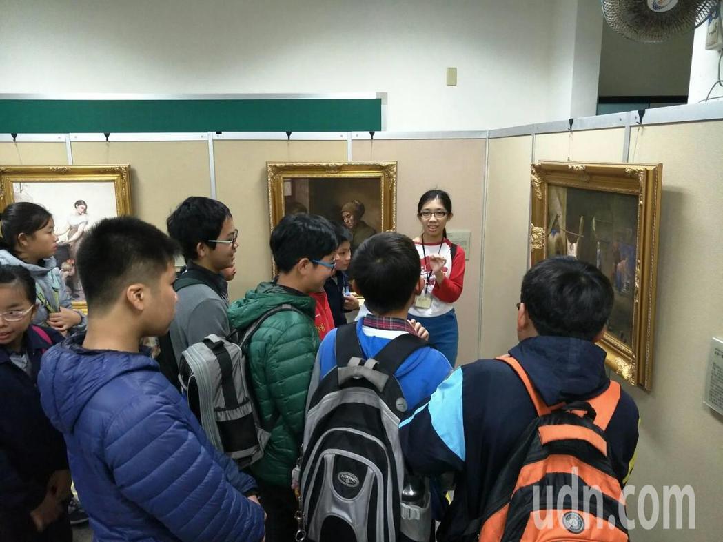 南藝大師生帶來16幅畫,培訓草湖國中的學生當解說員,更能融入藝術創作領域。記者何...