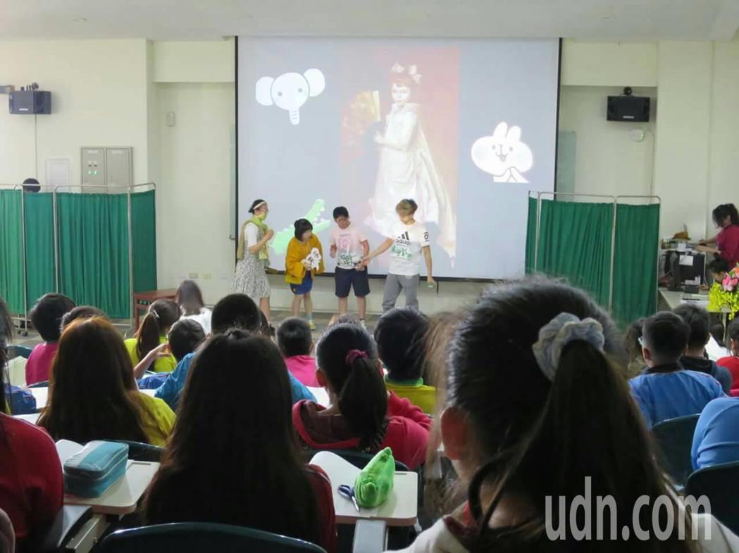 南藝大大學生以辦展的幅畫作為腳本,引導草湖國中學生自由表演詮釋。記者何烱榮/攝影