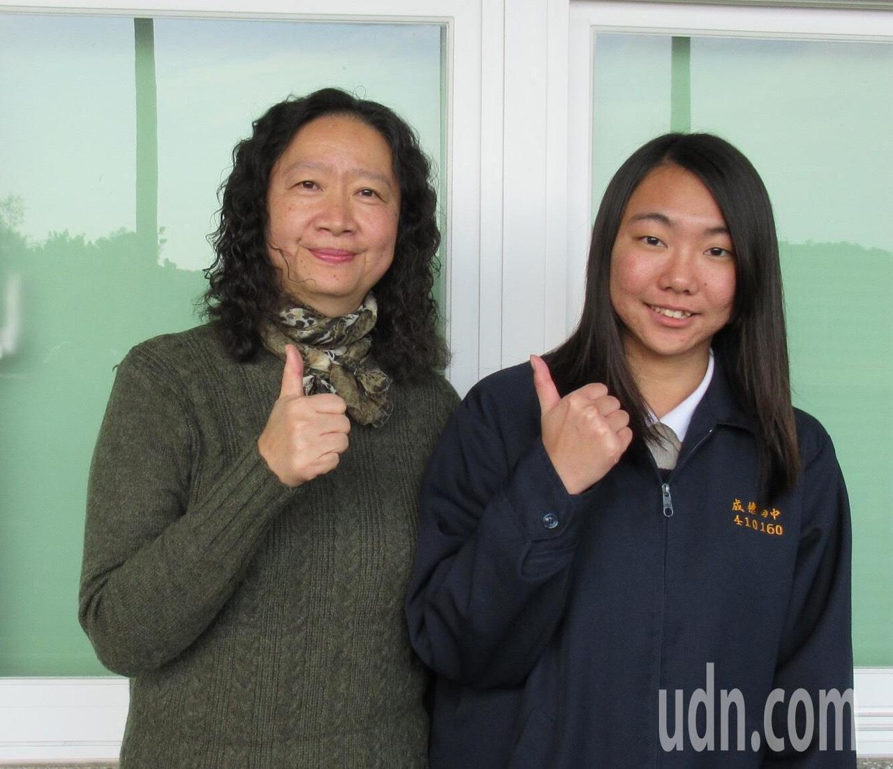 成德高中校長黃小芳(左)勉勵古念庭(右),未來在職能治療系學得專業,能幫助受上的...