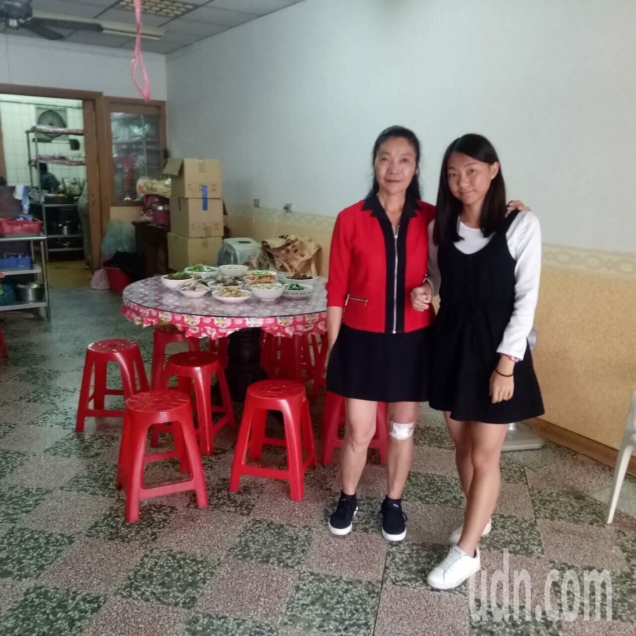 古念庭(右)考上高雄醫學大學職能治療系,她的母親(左)感到很高興。記者郭宣彣/翻...