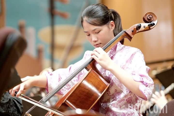 建功高中學生黃薇帆,大提琴學得很好,繁星考上政大傳播學院。記者郭宣彣/翻攝