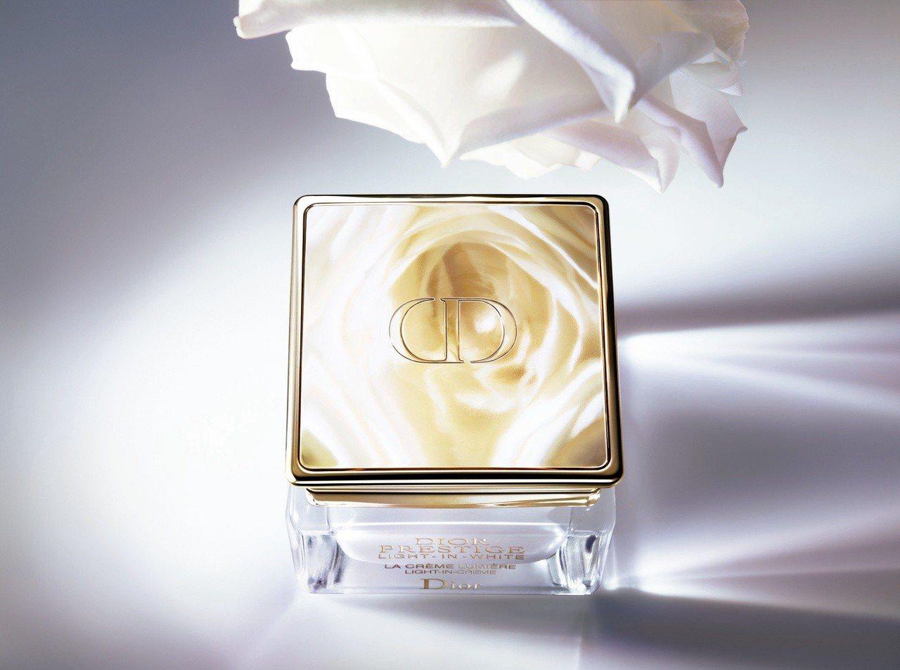 迪奧精萃再生光燦淨白乳霜50ml售價12,800元;填裝瓶售價11,500元。圖...
