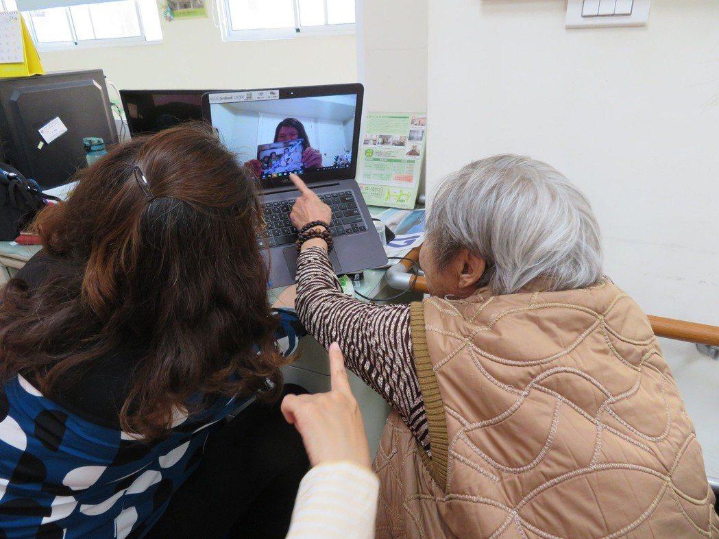 82歲的蔡嬌見阿嬤透過視訊看到照顧8年的柔柔,雙方都激動落淚。記者翁禎霞/翻攝