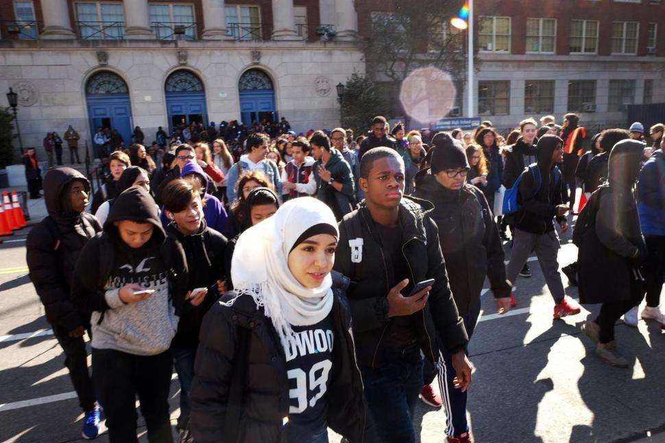 圖為紐約地區大批學生走上街頭抗議槍枝暴力的畫面。美聯社
