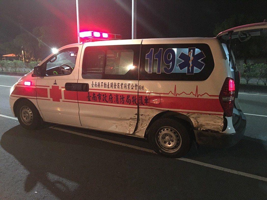 六甲消防救護車遭撞左後車尾受損。記者謝進盛/翻攝