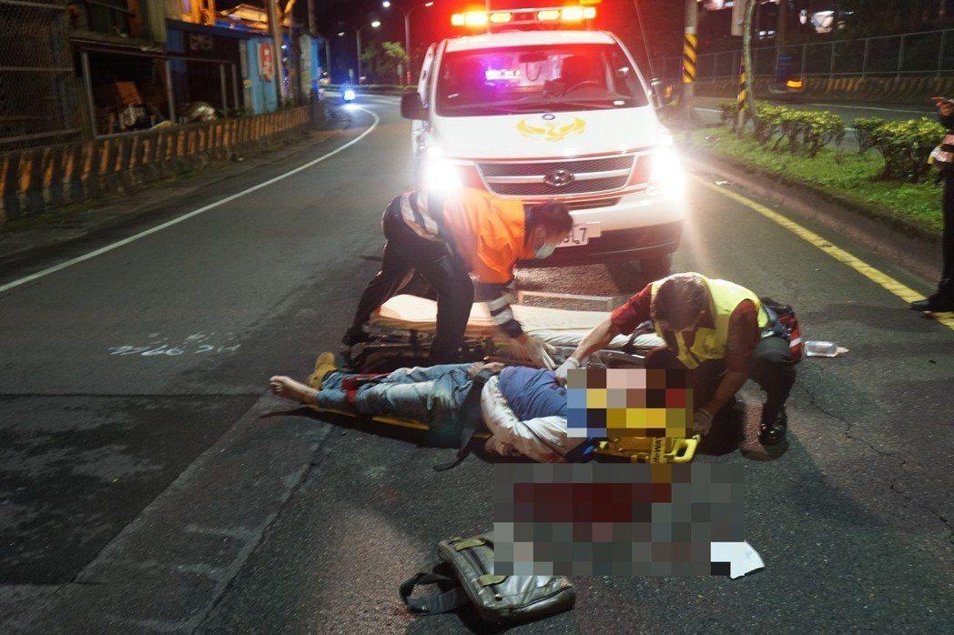 男撞車倒路中,多人見義勇停下幫攔車免被撞,救護人員趕至將他送醫。記者游明煌/翻攝