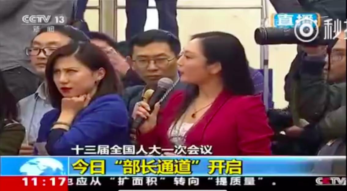 美國全美電視執行台長張慧君提問時,一旁穿藍衣的第一財經記者梁相宜卻翻了個大白眼,...
