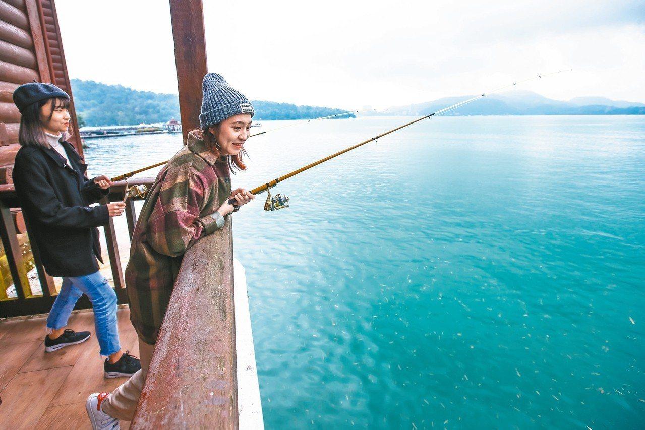 湖景房中的垂釣客房,走出陽台就是日月潭,拿起釣竿就能釣魚。 記者王騰毅/攝影