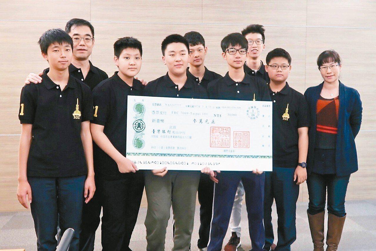 參加2018機器人國際大賽的隊員與老師宋德震(左二)接受聯合報行旅事業部總經理何...