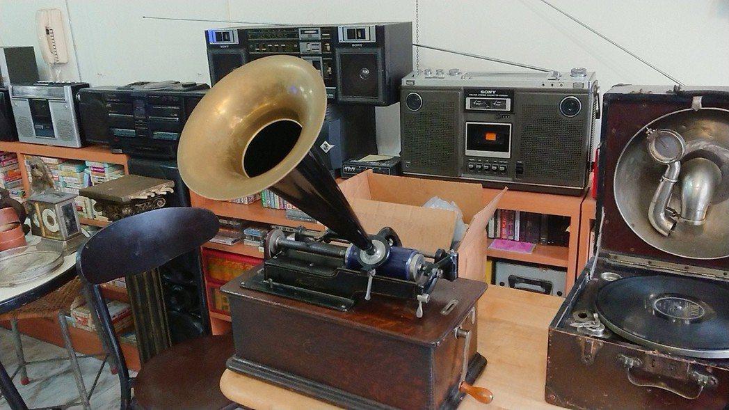 陳慶梯收藏有150年歷史的骨董留聲機。記者吳淑玲/攝影