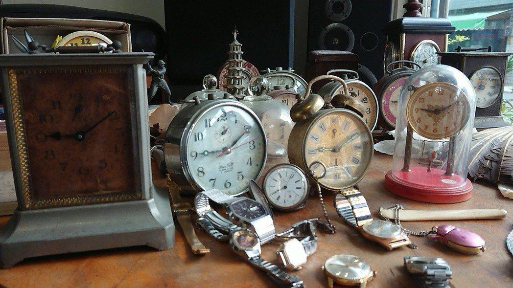 陳慶梯收藏的骨董時鐘及鬧鐘。記者吳淑玲/攝影