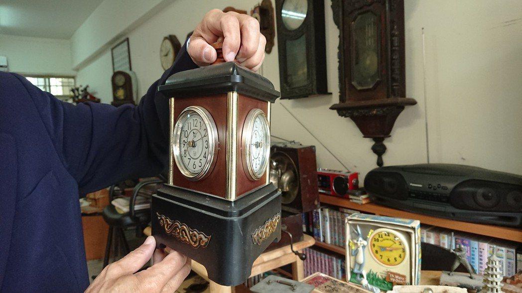 鐘表維修達人陳慶梯收藏少見的三面時鐘。記者吳淑玲/攝影