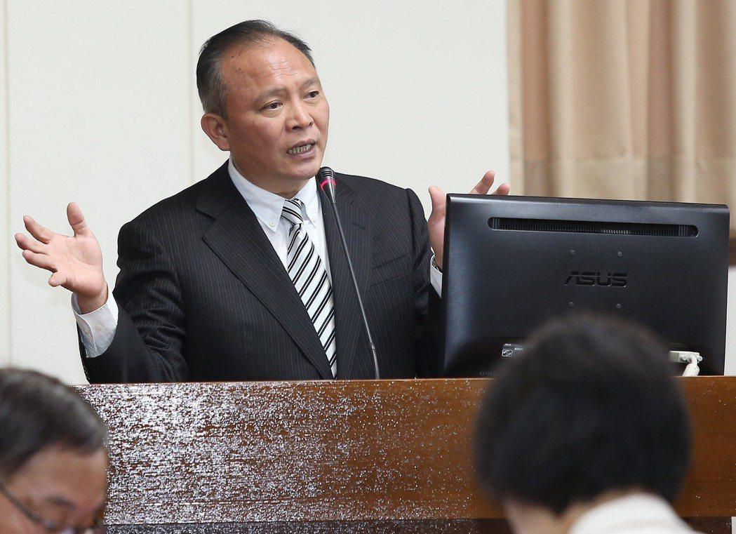 農委會主委林聰賢赴立法院做業務報告,開會前受訪表示北農總經理的任免在於北農董事會...