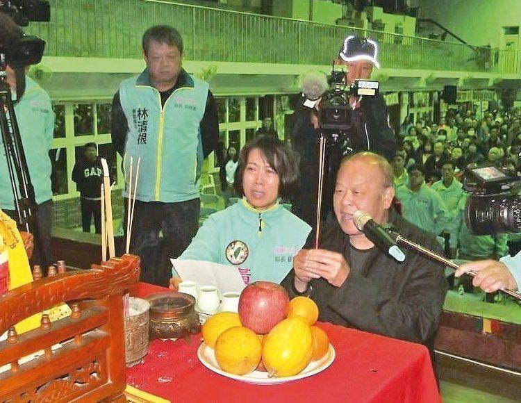 張明達(右)跪在觀世音菩薩神像前發誓,絕未用電話語音干擾民調。 記者謝恩得/攝影