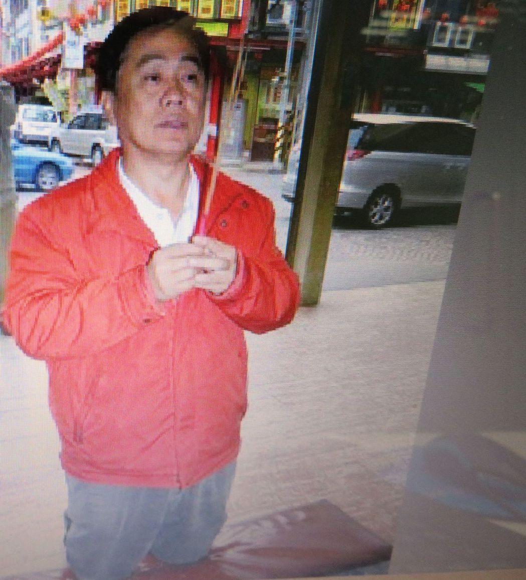 2012年立委選舉,翁重鈞跪在配天宮媽祖前發誓未買票。 記者魯永明/翻攝